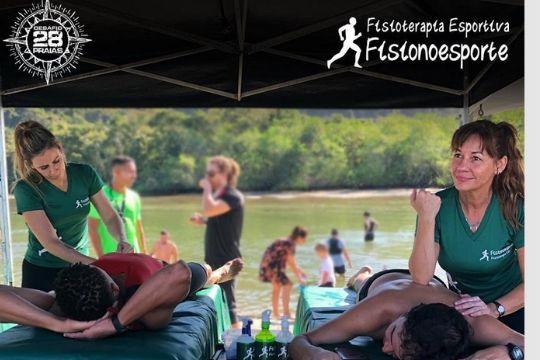 fisioterapeutas fazer massagem esportiva em atletas